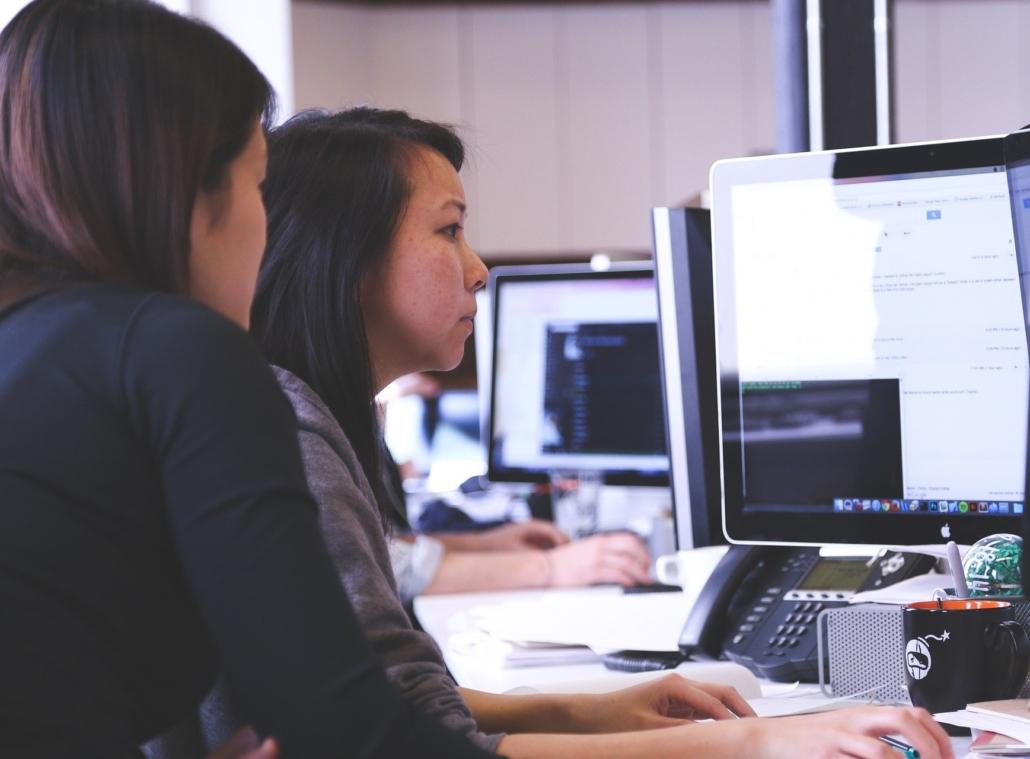 L'animateur guide le participant à travers des scénarios durant un test utilisateur