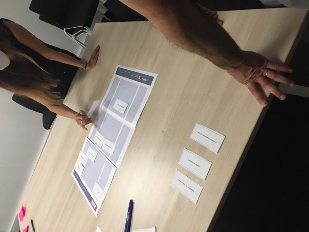 Des utilisateurs en train de collaborer sur le design d'une page d'accueil lors d'un atelier UX