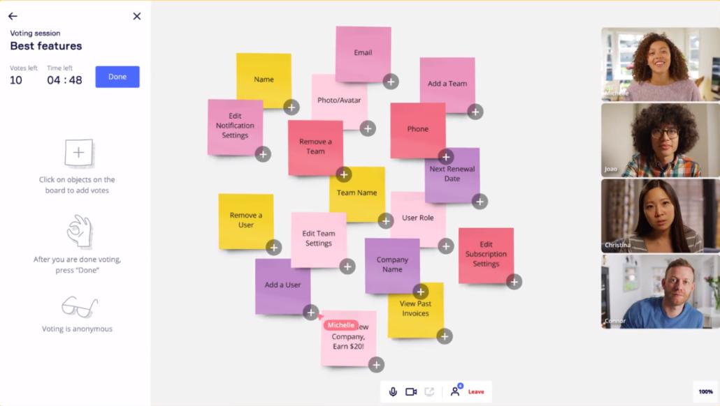 Des participants collaborent sur Miro à l'aide de Post-It virtuels durant un atelier UX
